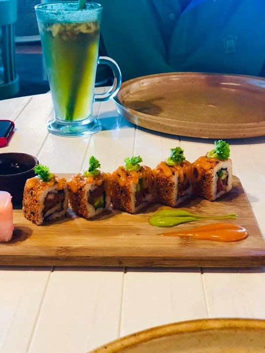 Love for sushi  With filling like asparagus and bell pepper this sushi is the best sushi @santespacusine  Had a great time with Jaydev Unadkat a class cricketer and a true friend.... #sushi #lunch #meet #cricketer