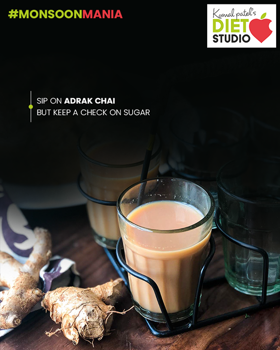 A piping hot cup of adrak wali chai is always a delight in this weather, wouldn't you agree? The concoction can do wonders for your throat and immunity. Made with ginger and other herbs like black pepper, clove and cinnamon, adrak chai is a treasure trove of antioxidants.  #komalpatel #diet #goodfood #goodhealth #eathealthy #goodhealth #MonsoonMania #monsoon