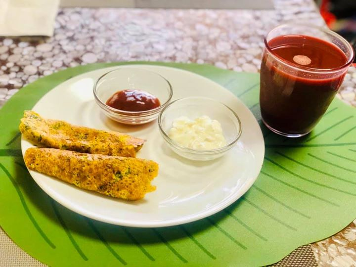 This is what bhavya's breakfast looks like. So when you are off dairy to treat your gut all you need is to balance your protein and calcium through plant sources and trust me your gut is very well nourished with it.  Besan Chilla, a protein rich nutritious pancake made from the gram flour(besan) is a very healthy breakfast to start your day with.  #besanchilla #pancake #breakfast #komalpatel #dietitianmeal