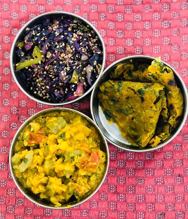 #lunchbox for today   Methi paratha( thepla)  Dudhi chana dal Sabji  Red cabbage capsicum salad with sesame seeds ..   #lunchboxidea #healthylunchbox #indianlunchbox #lunchideas #dietitianmeal #komalpatel #balancedmeal #veggies #kptiffinideas