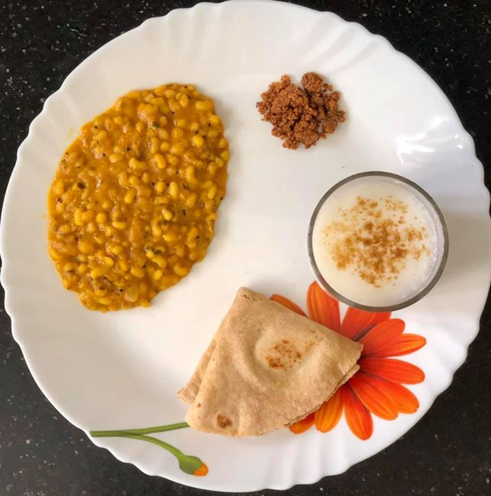 It's lockdown and there are days when we have no access to vegetables. Yet we can still can make our plate healthy.  Today's lunch is all #proteins  #kpmeals #rajgeera roti  #blackeyepeas / chawli masala #curd #flaxseed chutney  #komalpatel #diet #lunchideas #healthylunch #healthymeals #balanceddiet #dietitianmeals