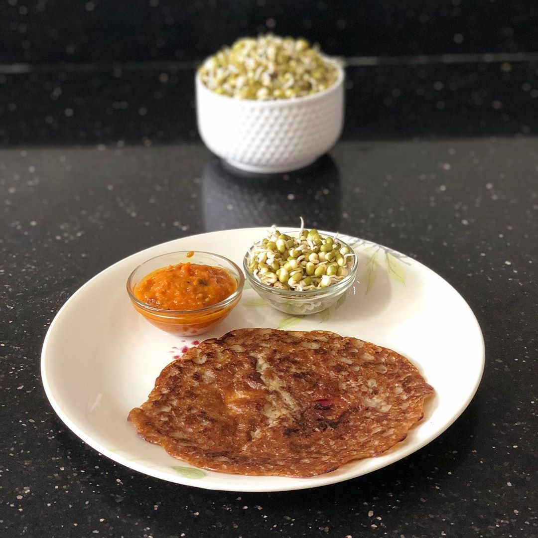 We all have been using sprouts in many ways. Making a balanced breakfast is what is the way for good health. I tried making 5 ingredients simple dosa with sprouts and served with tomato chutney. Sprouts - rich in protein  Rice flour - A good carb  Ragi flour - Rich in iron and calcium  Tomatoes - An antioxidant  How do you use sprouts in your daily diet. What different variations can be done.  let's discuss  #sprouts #chilla #dosa #breakfast #tomatochutney #healthybreakfast #balanceddiet