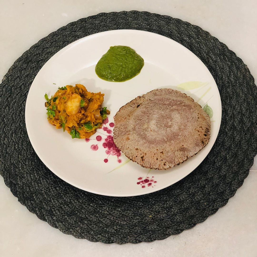 And here is the recipe with arbi or arvi or taro root  Dum arbi served with ragi roti and curry leaves chutney. And believe me my kid loved it  Em samjhine ke this is aloo 😜 A mom will always want his kid to eat healthy and that's what I keep on trying... what say moms?? #arbi #arvi #root #taroroots #vegetable #roots #healthydinner
