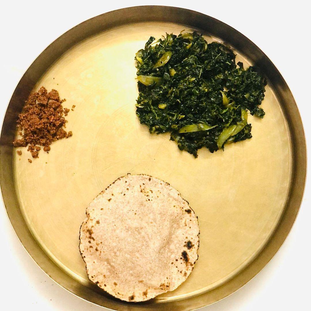 Satvik bhojan #kpmeals Dinner for today was very simple yet healthy  Ragi roti  Tandalja ni bhaji  Flax seed chutney  #flaxseed #chutney #dinner #healthydinner #balancedmeal