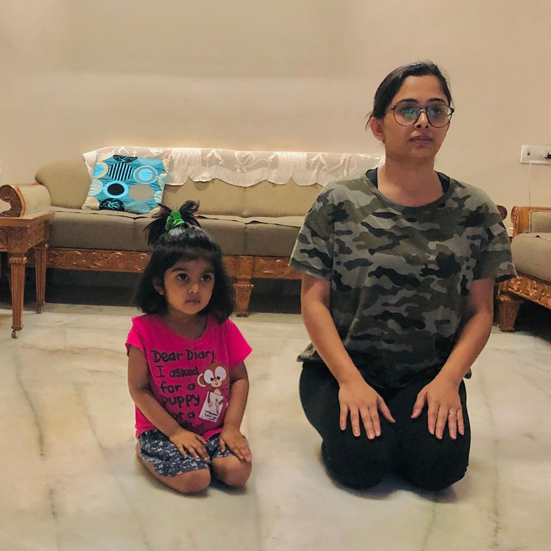 Practising vajrasan while watching TV. This can  helps digestion  Can help eliminate constipation  Strengthen muscles  This is the yoga which is practised after having meals  Try and be in this position for 5-10 min  #vajrasan #komalpatel #yoga #digestion