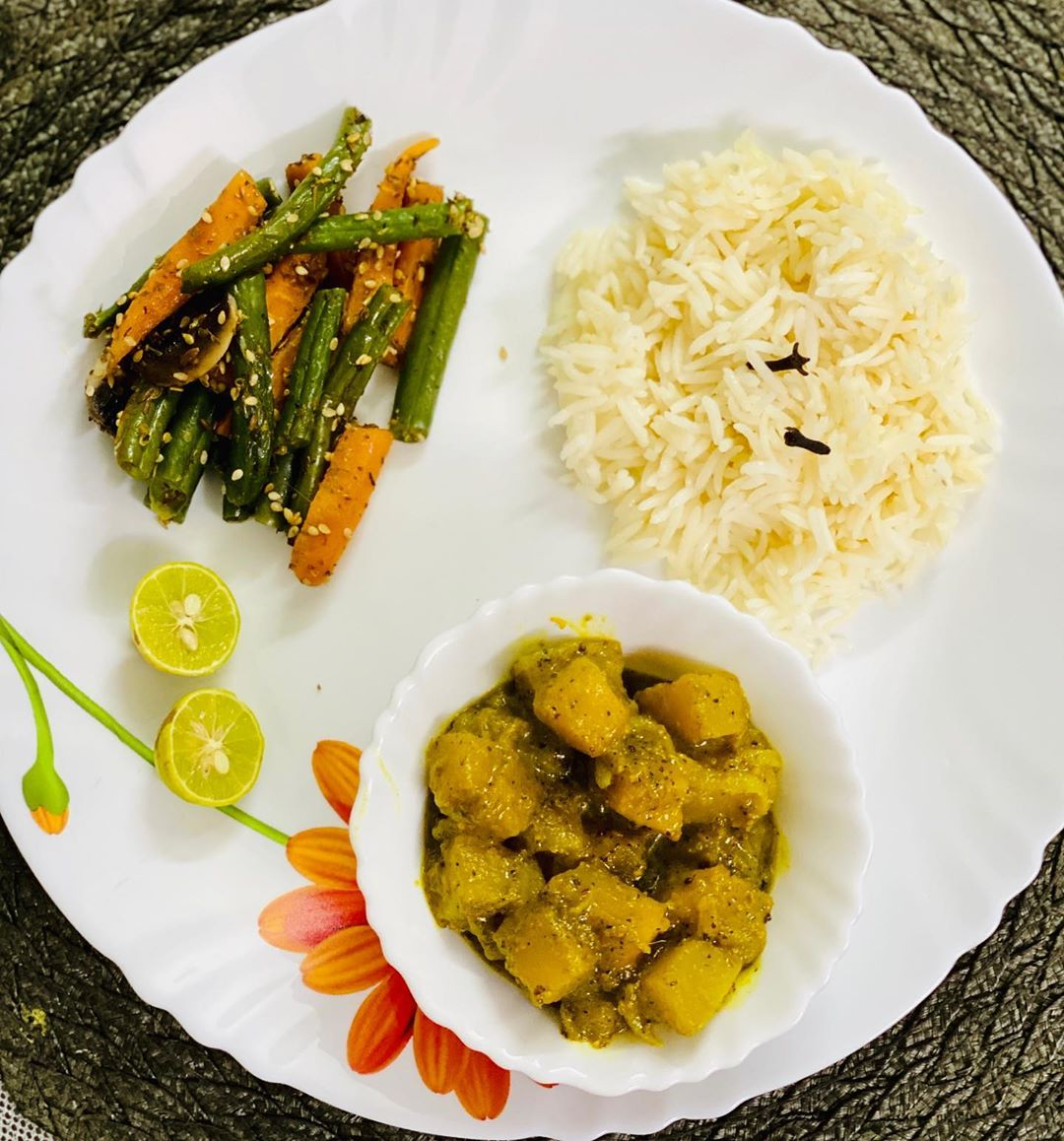 #kpmeals  Dinner for today  Pumpkin curry Parboiled rice  Stir fry beans and carrot  Thank you @rupsinthekitchen for the recipe  Especially the spices u suggested to grind ... the taste and aroma of the curry was pleasant.... A magical combo platter of vitamins A and C, iron and fiber makes it a healthy dinner option.  U can make soup , sabji , kebab of it #pumpkincurry